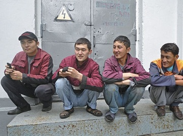 Иллюстрация к новости: иностранных граждан будут наказывать общественными работа