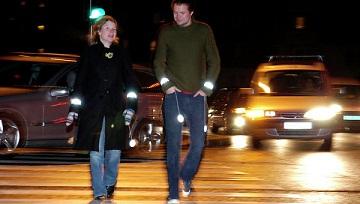 Иллюстрация к новости: пешеходов обяжут носить светоотражающие полосы на одежде